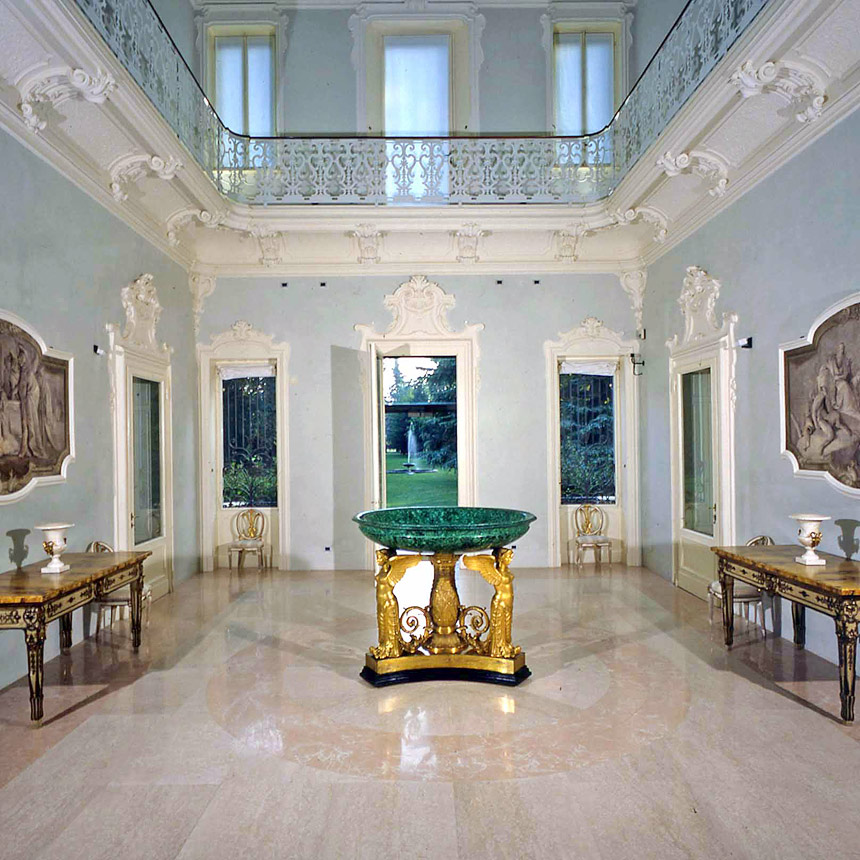 Villa dei Capolavori -Fondazione-Magnani-Rocca-LAtrio-con-la-Coppa-del-Thomire-e-gli-affreschi-staccati-di-Tiepolo
