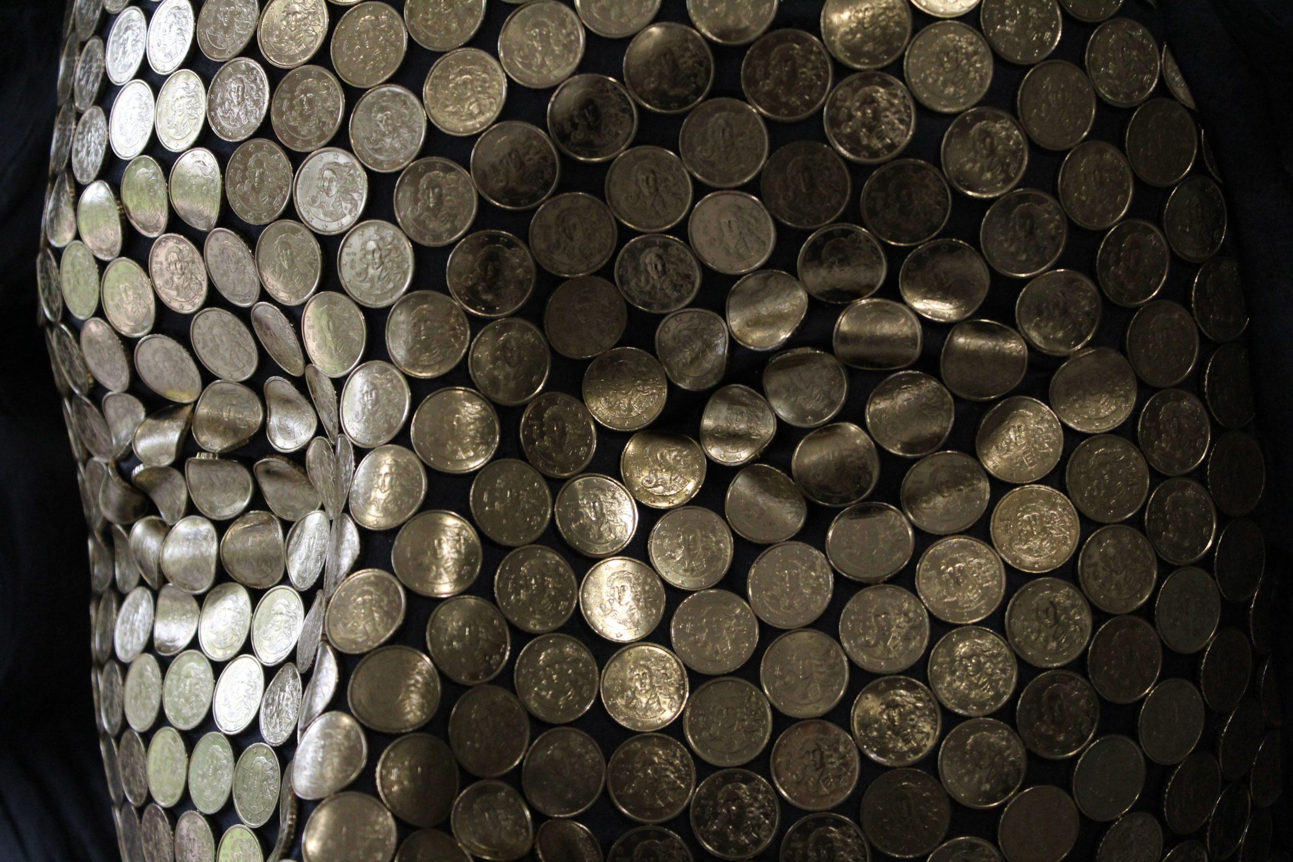 Vera Vera, 10 Centesimi Dimensioni: Altezza 114 Larghezza 124 Profondità 62 cm Materiali: Vetroresina patinata; monete da 10 centesimi Italiane - dettaglio