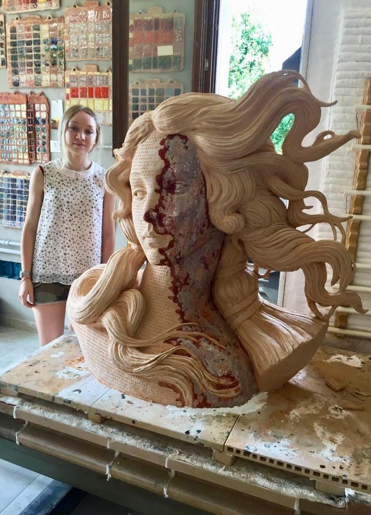 Vera Vera, #V #Venus Altezza 114 Larghezza 124 Profondità 62 cm Materiali: Terracotta smaltata