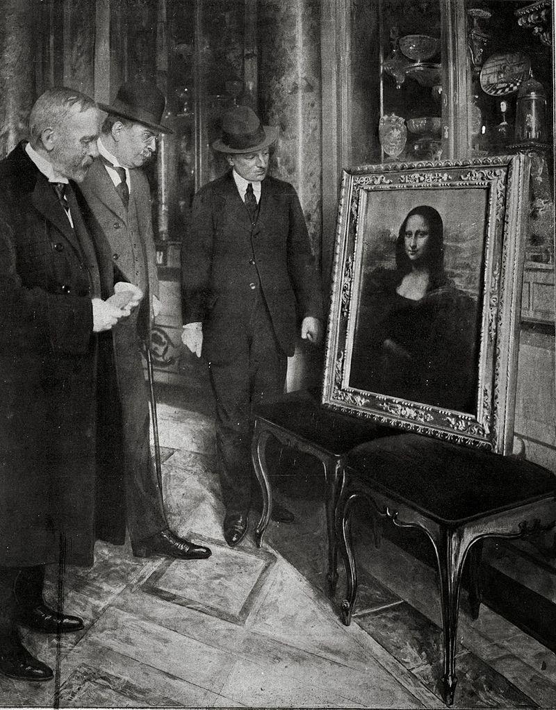 La Gioconda in mostra nella Galleria degli Uffizi di Firenze, anno 1913. Il direttore del Museo Giovanni Poggi (a destra) controlla il dipinto - fonte: The Telegraph