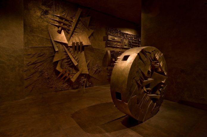 Arnaldo Pomodoro, Ingresso nel Labirinto, 1995-2011. Installation view. ph. Dario Tettamanzi Courtesy: Fondazione Arnaldo Pomodoro