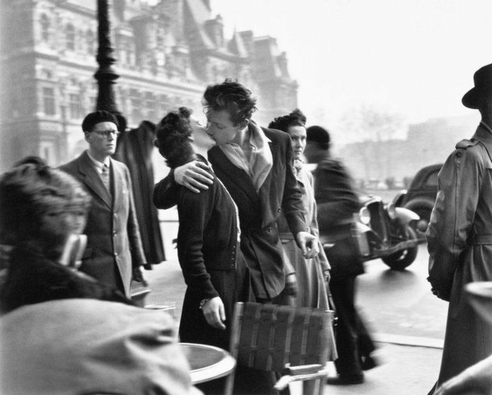 Le baiser de l'Hôtel de Ville, Paris 1950 © Robert Doisneau
